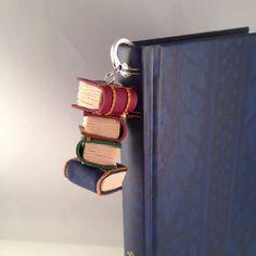 Segnalibro con ciondolo libri impilati in fimo  di oensahandmade