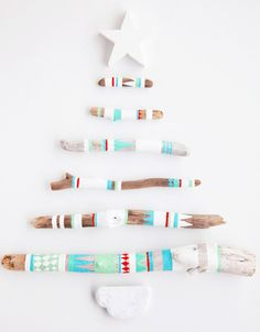 DIY: Painted driftwood Christmas tree Artful, luv the colors to do when I move to the beach! Driftwood Christmas Tree, Diy Christmas Tree, All Things Christmas, Christmas Holidays, Christmas Decorations, Wall Decorations, Merry Christmas, Aussie Christmas, Xmas Trees