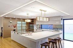 moderne Küche insel weiß hochglanz abgehängte decke