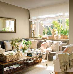 Salón con amplio ventanal y sofá rinconero