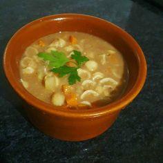 A Receita de Sopa de Feijão com Macarrão é muito fácil de fazer e fica uma delícia. Você só precisa bater o feijão cozido, acrescentar água e os caldos de