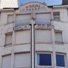Royal Ascot is een art deco-getint appartementencomplex, gebouwd tijdens het interbellum. Ik vraag me af waarom Royal en Ascot zo verschillend geschreven zijn (Kijk maar naar de A's en de O's) #knokke  Royal Ascot is an art deco-like apartment complex, built during the interbellum. I wonder why Royal and Ascot are written differently (Look at the A's and O's) #knokkezoute