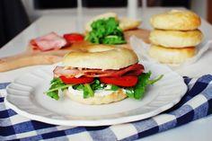 FoodLover: Jak na bagel Salmon Burgers, Chicken, Ethnic Recipes, Bagels, Food, Essen, Meals, Yemek, Eten