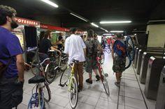 Tutti in bici nella metropolitana di Milano per il flashmob di Salvaiciclisti