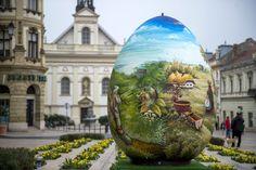 Óriási hímestojás díszeleg Pécs főterén