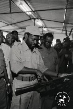 SAHA - South African History Archive - Samora Machel and O.R Tambo inspecting military arms at a Non-Aligned meeting in Maputo History Of Ghana, African History, Black Men, Black And White, Maputo, Freedom Fighters, Communism, Fedora Hat, Love Art