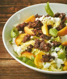 Kohl kann ja auch mal kalt auf den Tisch. Gerade Wirsing ist als Salat total lecker. Hack dazu gibt Wumms, gebratene Äpfel schöne Säure.
