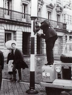 Pharum Brigantium: Garda de tráfico a arranxar o semáforo Land Rover, Relleno, Barcelona, Black And White, Fictional Characters, Frases, Vintage Photographs, Vintage Photos, Walking