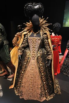 Shakespeare, Love, Dame Judi Dench and Elizabeth I Hollywood Costume - press view held at the Victoria and Albert Museum. Movie Costumes, Cool Costumes, Theatre Costumes, Historical Costume, Historical Clothing, Fashion Tv, Fashion Design, Fashion Today, Elisabeth I