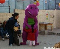 Barney the dinosaur- Lol Jaja Memes Humor, Dankest Memes, Funny Image Photo, Funny Images, Funny Pictures, Funny Pics, Funny Videos, Kids Hugging, Pedobear