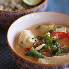 nærbilde av bolle med torsk i rød karri Thai Red Curry, Seafood, Soup, Ethnic Recipes, Snacks, Cilantro, Sea Food, Appetizers, Soups