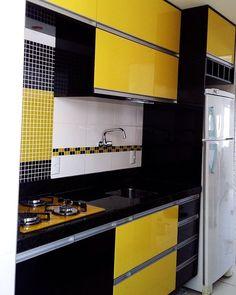 Cozinha preta e amarela da minha seguidora @dannypiink20 #decor #decora #decoração #decorando #decoration #desing #detalhes #details #apartamentopequeno #apartamentodecorado #cozinha #ketchen #cozinhapequena #inspiração #inspirando #inspiration #interiordesing #casanova