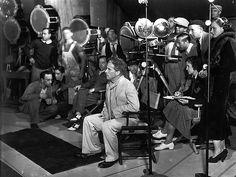 Charlie Chaplin Le tournage des Temps modernes. On voit un réalisateur soucieux de la bonne tenue de son film. Où l'on découvre encore que l'homme était beau, sous sa moustache et son melon. (Roy Export SAS/Musée de l'Elysée)