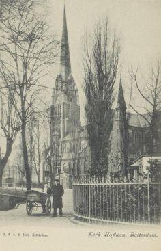 De Sint-Lambertuskerk aan de Oostzeedijk Beneden, gezien vanaf de hoek van de Vijverweg. Op de voorgrond staat kruidenier H.W. Schox met zijn knecht en bestelkar, die zijn zaak aan de Oostzeedijk, tussen de Avenue Concordia en de Voorschoterlaan had. (datering: 1908, pbk 2875)
