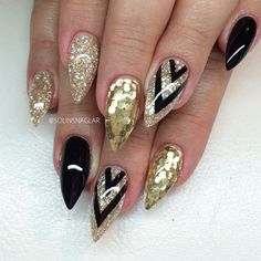 Discover new and inspirational nail art for your short nail designs. Gold Stiletto Nails, Pointed Nails, Gold Glitter Nails, Black Nails, Fancy Nails, Trendy Nails, Cute Nails, Nail Art Designs, Short Nail Designs