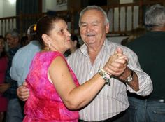 El baile, la estrella en el Centro de Mayores de Antigua, el centro ofrece otras actividades, dominó, baraja, bola canaria, teatro o bailes típicos.