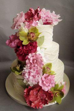 Những bông hoa như dòng thác tô điểm cho chiếc bánh cưới.