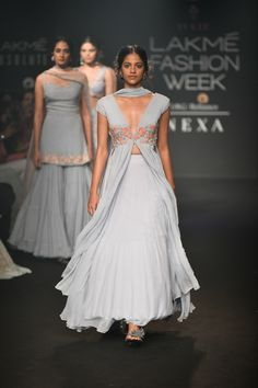 Julie Shah at Lakmé Fashion Week winter/festive 2018 Indian Wedding Outfits, Indian Outfits, Indian Attire, Indian Wear, Ethnic Fashion, Indian Fashion, Women's Fashion, Indian Designer Outfits, Designer Dresses