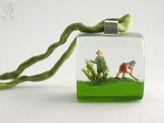 Green thumb – Bewitched gardener pendant with two mini-gardeners and grass made of resin  ///// © Isabell Kiefhaber www.geschmeideunterteck.de