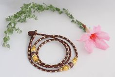 Brandy & Gold Kangaroo show lead with two Gold & Brown bead groups and loop attachement to collar and knot end Lead lenght Lead has core for added strenght. Handmade Items, Handmade Gifts, Kangaroo, Unique Jewelry, Gold, Etsy, Brown, Kid Craft Gifts, Baby Bjorn