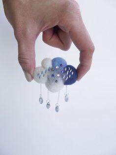 Pluie de nuage en blanc et bleu, feutré, météo bijoux, nuage broche à main