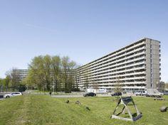 DeFlat Kleiburg är ett av Nederländernas största flerbostadshus; 400 meter långt, elva våningar högt och med 500 lägenheter. De prisade arkitekterna bakom upprustningen är Pieter Bannenberg, Walter van Dijk, Kamiel Klaasse och Xander Vermeulen Windsant.