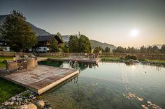 Großer Schwimmteich, Naturpool mit drei Holzterrassen um den Gästen des Hotels einzelne Bereiche zu bieten. Großzügige Regenerationszone. Hotels, Water Pond, Swimming, Landscaping, Lawn And Garden