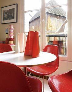 Du rouge dans la cuisine avec ces chaises DSX de Charles & Ray Eames.