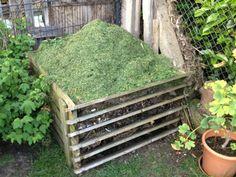 Kompost mit frischem Rasenschnitt befüllt