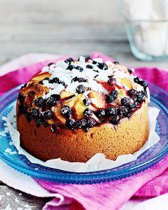 Tämän helpommalla leipoja ei voi päästä: pirtsakka nektariini-mustikkakakku sekoitetaan suoraan kakkuvuokaan!