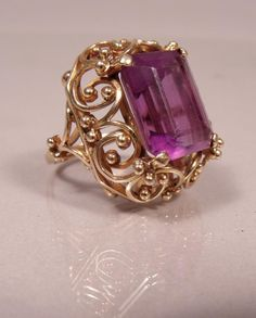An 18kt. yellow Gold and Amethyst Ring set with an Amethyst measuring 15mm x 12mm. Ring size: 7. Total weight: 9 dwt.