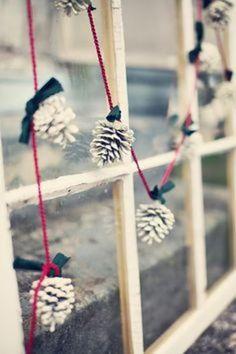 ホワイトカラーにペイントして、リボンとカラフルなひもで、冬らしくかわいいガーランドに。雪の降る窓辺のような演出です。