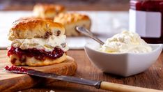 Anglické scones | Recepty.sk Clotted Cream, How To Make Scones, How To Make Cake, Bon Appetit, Gluten Free Scones, Homemade Scones, Rhubarb Crumble, Happy Kitchen, Chocolate Fondant