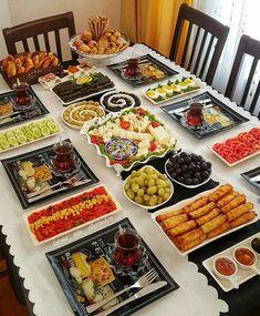 Breakfast Presentation, Food Presentation, Breakfast Platter, Breakfast Buffet, Hallowen Food, Party Food Platters, Comida Latina, Snacks Für Party, Food Decoration