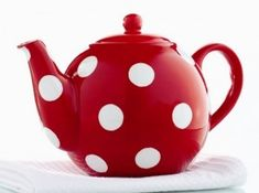 Red and white polka dot tea pot. Kitsch, Damier, Red Kitchen, Kitchen Dining, Kitchen Things, Kitchen Sink, Teapots And Cups, My Cup Of Tea, Chocolate Pots