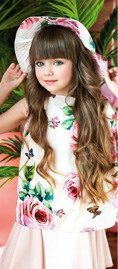 Dolce & Gabbana Girl Mini Me Love Christmas Flower Dress Beautiful Little Girls, Cute Little Baby, Beautiful Children, Beautiful Babies, Little Fashion, Young Fashion, Kids Fashion, Cute Kids, Cute Babies