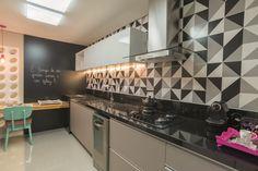 """""""É tempo de ser grato, amar e ser feliz."""", foi com esta filosofia que a arquiteta Camila Padovani trabalhou na reforma do apartamento. Ela usou acabamentos sutis e cores leves para proporcionar amplitude aos espaços."""