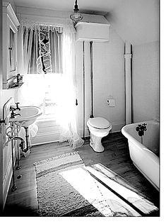 Las bañeras de hierro esmaltado eran una opción económica. Los lavabos solían tener soportes para sujetar a la pared