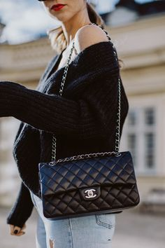 There are lots of luxury and well designed Chanel bags in the stores this season. I mean, who doesn't like a Chanel bag? Chanel Bag Classic, Chanel Black, Chanel Chanel, Chanel Nails, Chanel Logo, Chanel Fashion, Burberry Handbags, Chanel Handbags, Coach Handbags