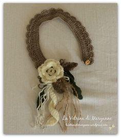 collana o colletto invernale in lana chiusa con un bottone