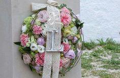 Ghirlande di fiori all'ingresso della chiesa personalizzate con le iniziali degli sposi