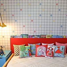 Para os pequenos, tudo é possível – e essa imaginação e vontade de explorar é incentivada pela loja Projeto de Gente (@projetodegenteloja). No quarto de uma menina recém-saída do berço, a decoração tomou forma por meio de móveis exclusivos e uma mistura de moderno e lúdico. Para estimular a leitura, a cabeceira da cama é também um revisteiro. #bedroom #quarto #kids #inspo #inspiration #inspiração #inspiracao #casa #home #house #apartment #apartamento #decor #decoration #decoração #decoracao…