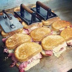 Sandwiches de cerdo con queso fundido