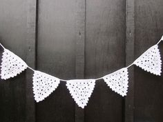 Step by step photo tutorial to crochet the Christmas Bunting Crochet Bunting Pattern, Lace Bunting, Crochet Garland, Crochet Motif, Crochet Patterns, Bunting Ideas, Crochet Home, Love Crochet, Crochet Crafts