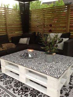 Salon de jardin en palette avec des carreaux de ciment