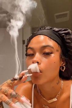 Badass Aesthetic, Black Girl Aesthetic, Girl Smoking, Smoking Weed, Rauch Tapete, Thug Girl, Hood Girls, Gangster Girl, Puff And Pass