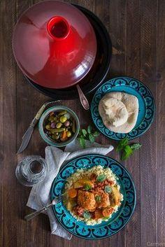 El tajine de pescado es una forma diferente de comer y presentar el pescado. La merluza, junto con las verduras y el cuscús hacen un plato muy completo.