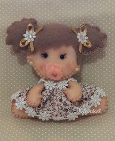 Menina com chupeta feita em feltro e tecido