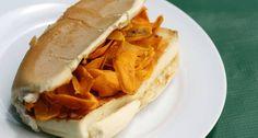 O clássico de rua manauara é o X-Caboquinho: pão recheado com queijo coalho e lascas de tucumã