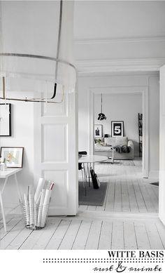 villa d'Esta | interieur en wonen: Witte houten vloeren met een toefje zwart